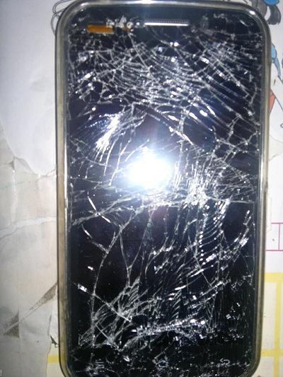 màn hình điện thoại hkphone revo neo bị vỡ nát